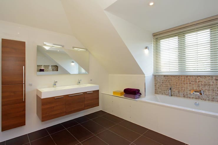 Refurbishment project West Sussex: minimalistic Bathroom by At No 19