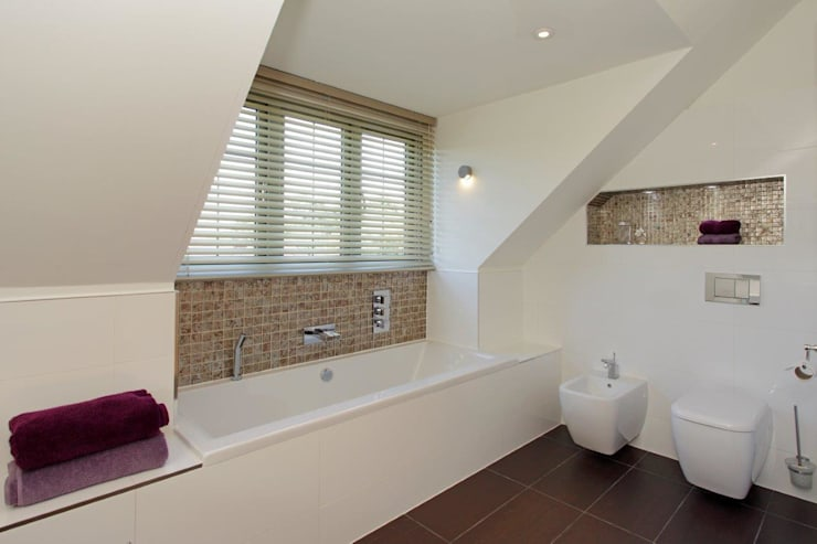 Reburbishment project West Sussex: minimalistic Bathroom by At No 19