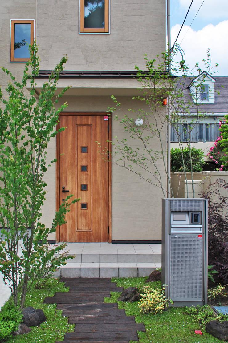 玄関とコハウチワカエデ: 新美園が手掛けた庭です。