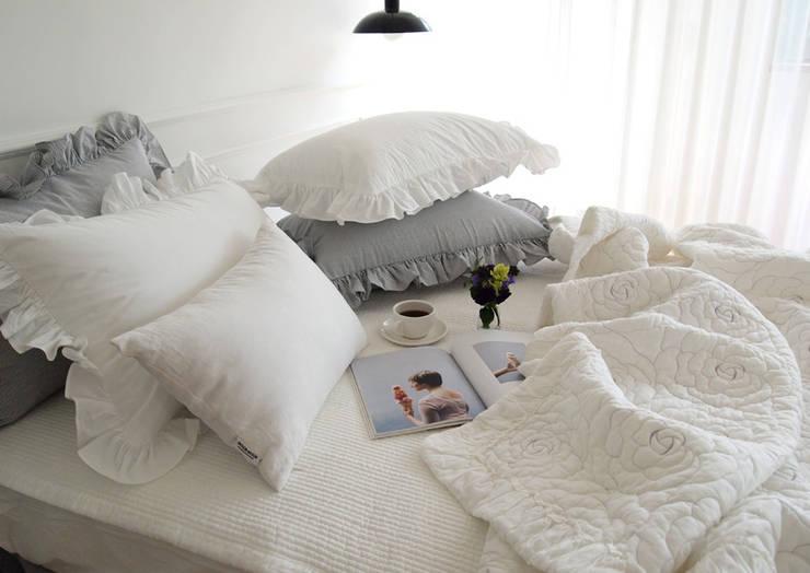 Dormitorios de estilo  de 메종드룸룸, Rústico