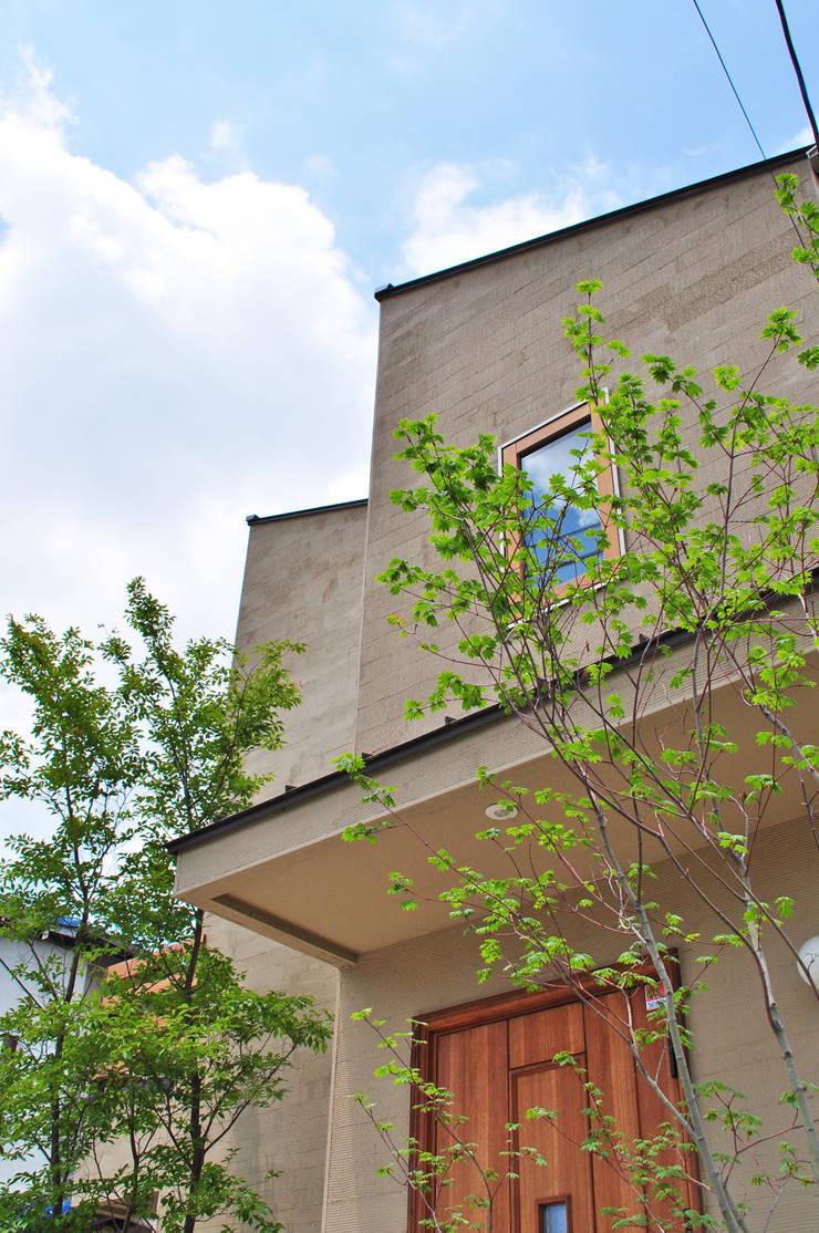 住まいに寄り添う木々の緑: 新美園が手掛けた庭です。