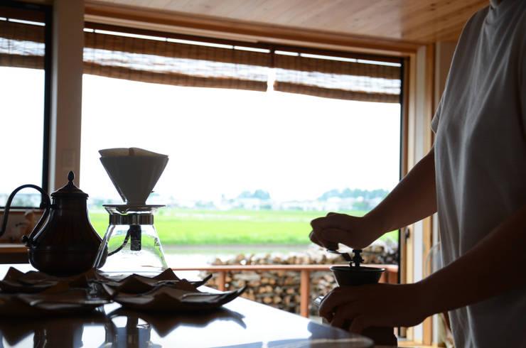 安曇野の田園風景をみながらコーヒー豆を挽く: (株)誠設計事務所が手掛けたです。