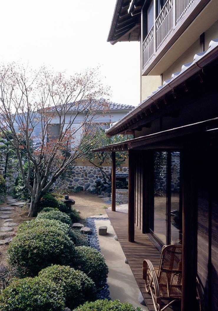 鳴滝の家: 鶴巻デザイン室が手掛けた庭です。
