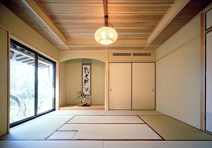 鳴滝の家: 鶴巻デザイン室が手掛けた和室です。