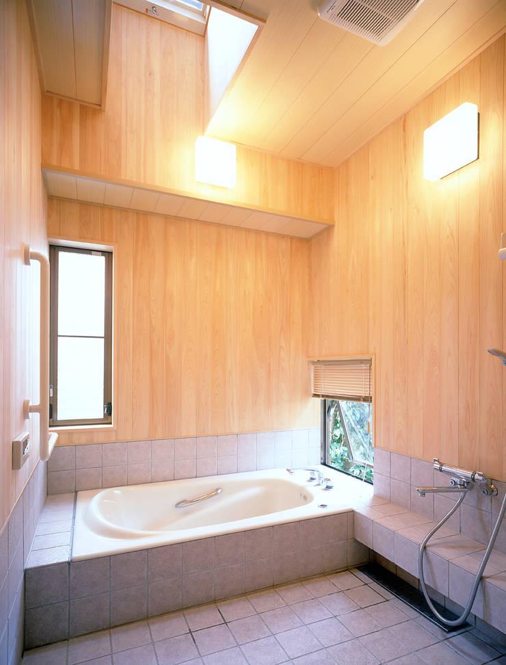 鳴滝の家: 鶴巻デザイン室が手掛けた浴室です。