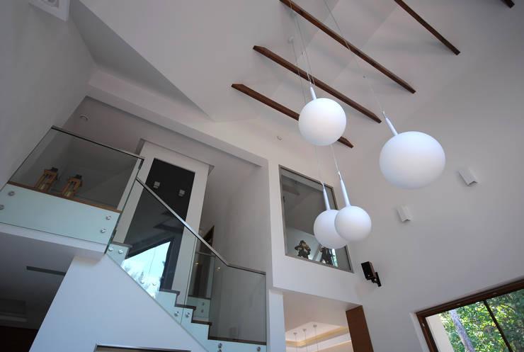 PROJEKT DOMU W ŁOWICZU 200mkw: styl , w kategorii Salon zaprojektowany przez Piotr Stolarek Projektowanie Wnętrz,Nowoczesny