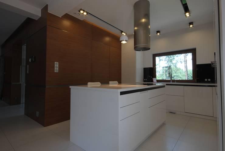 PROJEKT DOMU W ŁOWICZU 200mkw: styl , w kategorii Kuchnia zaprojektowany przez Piotr Stolarek Projektowanie Wnętrz,Nowoczesny