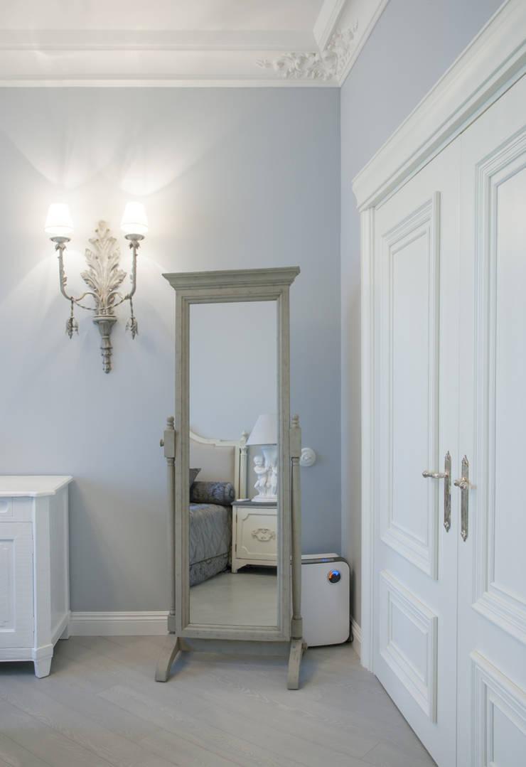 Зеркало на подставке Dialma Brown: Спальная комната  в . Автор – Архитектурно-дизайнерское бюро Натальи Медведевой 'APRIORI design'