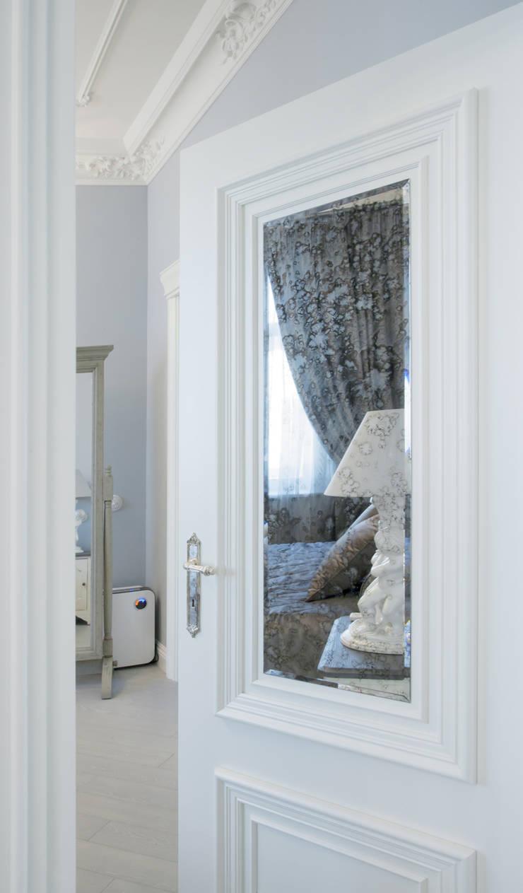 дверь со вставкой состаренного зеркала: Окна и двери в . Автор – Архитектурно-дизайнерское бюро Натальи Медведевой 'APRIORI design'