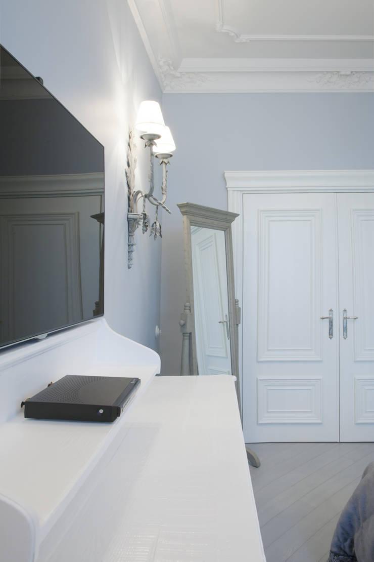 спальня, вид на гардеробную:  в . Автор – Архитектурно-дизайнерское бюро Натальи Медведевой 'APRIORI design'