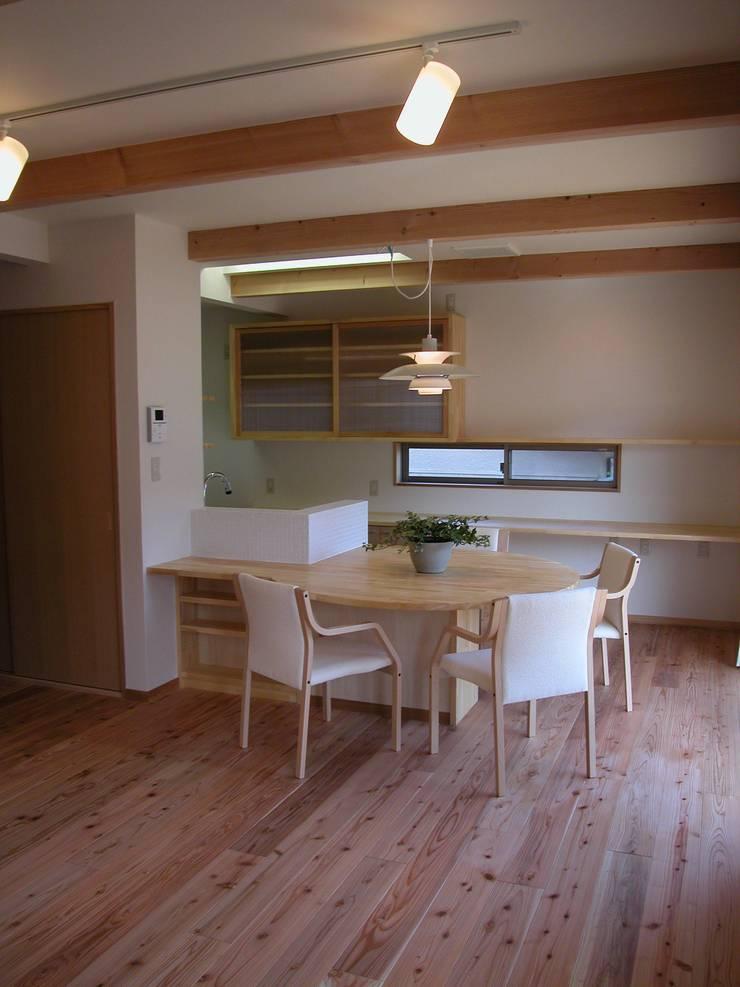 PETANKOの家: 鶴巻デザイン室が手掛けたダイニングです。