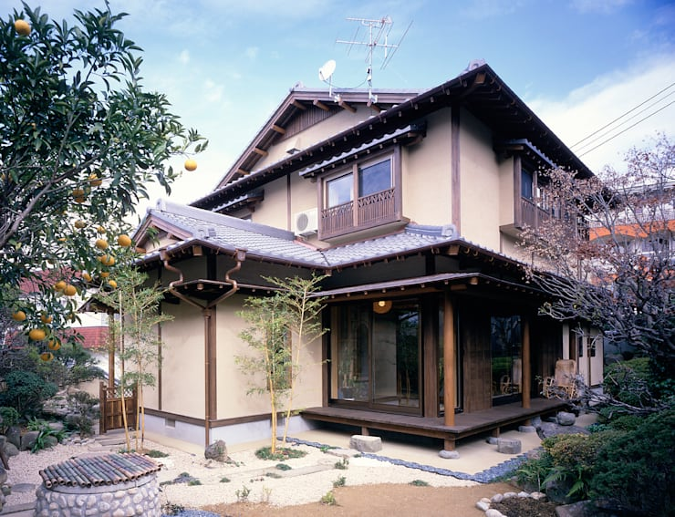 Casas de estilo asiático por 鶴巻デザイン室
