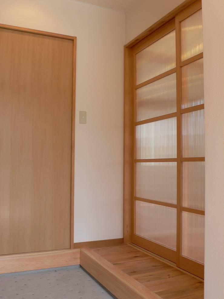 PETANKOの家: 鶴巻デザイン室が手掛けた廊下 & 玄関です。