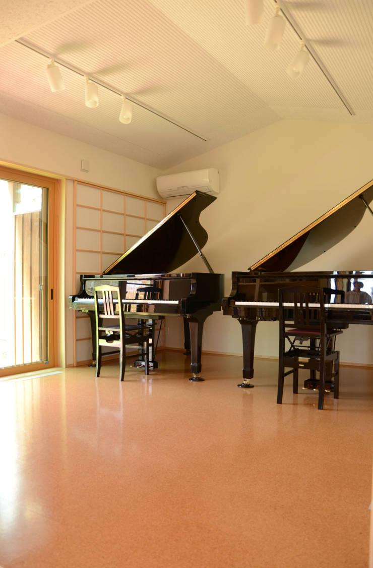 ピアノ室のある住まい(長野市): (株)誠設計事務所が手掛けたです。