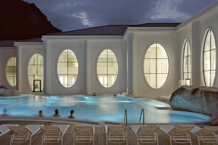 Outside view at night with existing pool:  Gastronomie von Smolenicky & Partner Architektur GmbH