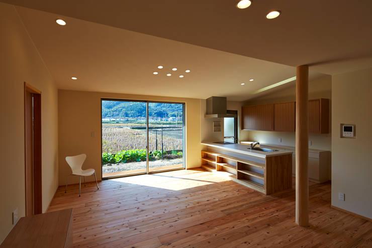 Dining room by 鶴巻デザイン室, Modern
