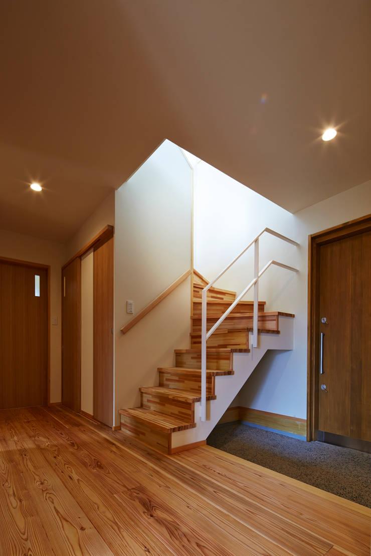 Corridor & hallway by 鶴巻デザイン室, Modern