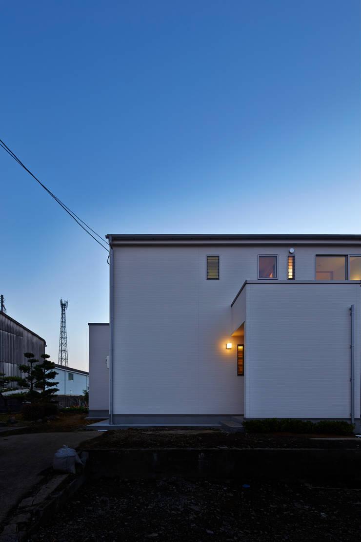 Houses by 鶴巻デザイン室, Modern