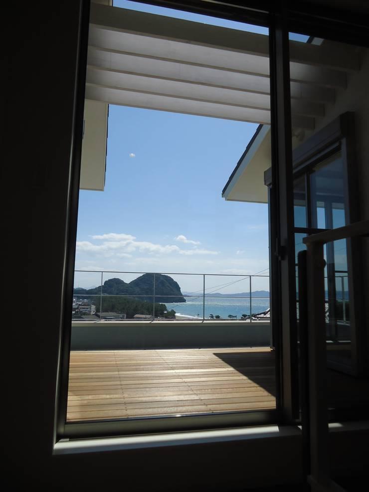 海の見える家: 鶴巻デザイン室が手掛けたテラス・ベランダです。,モダン