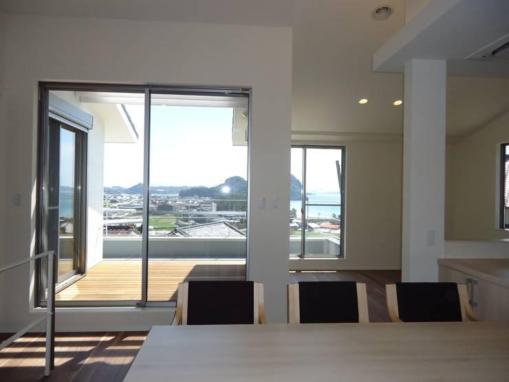 海の見える家: 鶴巻デザイン室が手掛けたダイニングです。,モダン