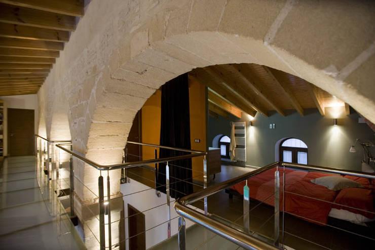 Pasarela - dormitorio: Pasillos y vestíbulos de estilo  de pxq arquitectos