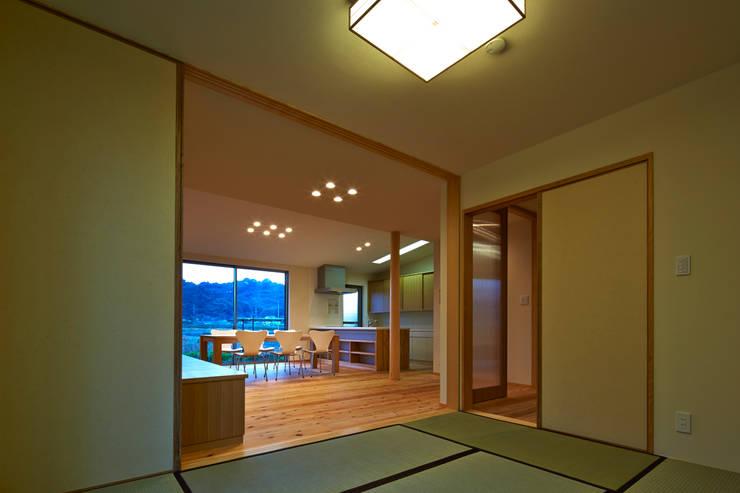 古枝の家: 鶴巻デザイン室が手掛けた和室です。
