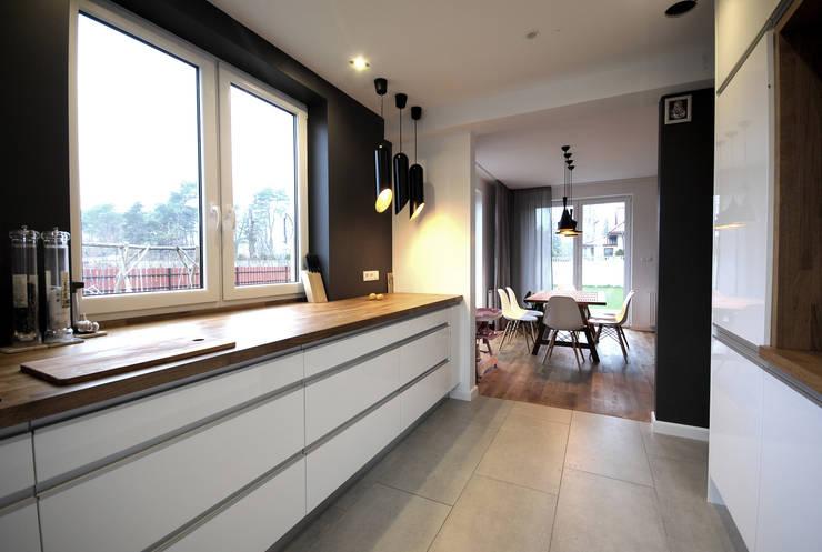 projekt wnętrza domu w Wiśniowej Górze -156mkw: styl , w kategorii Kuchnia zaprojektowany przez Piotr Stolarek Projektowanie Wnętrz