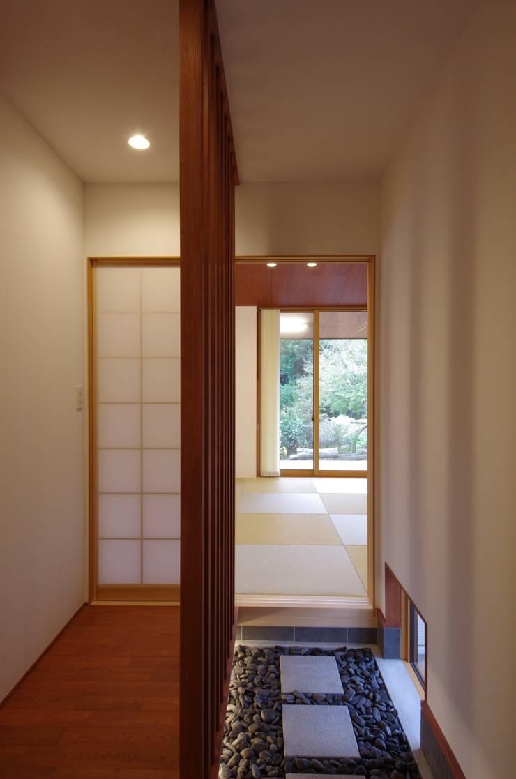 大屋根の家: 徳永建築事務所が手掛けた廊下 & 玄関です。