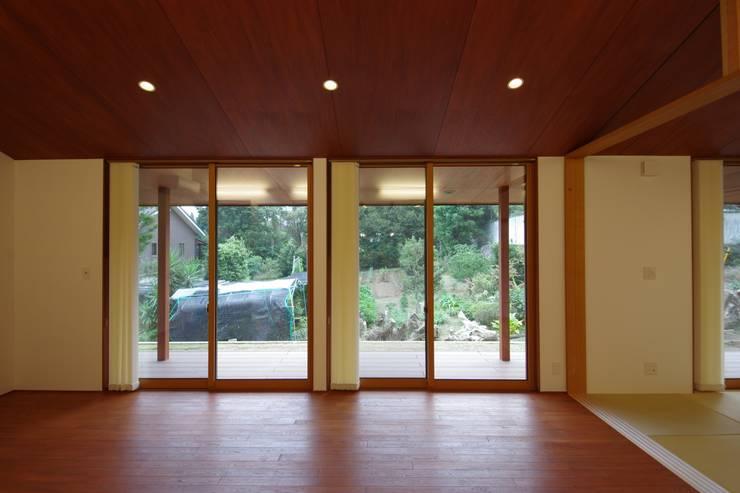 大屋根の家: 徳永建築事務所が手掛けたテラス・ベランダです。