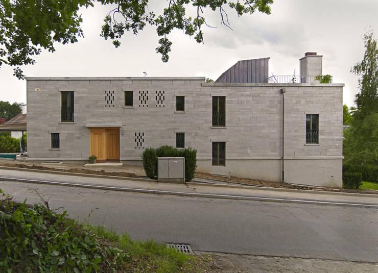 Strassenfassade: moderne Häuser von Käferstein & Meister   Dipl. Architekten ETH BSA SIA