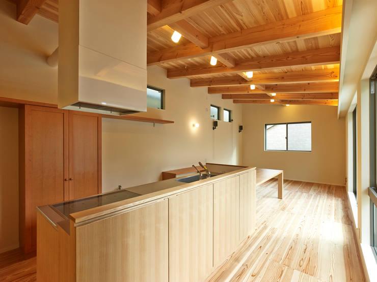 上町の家: 鶴巻デザイン室が手掛けたキッチンです。