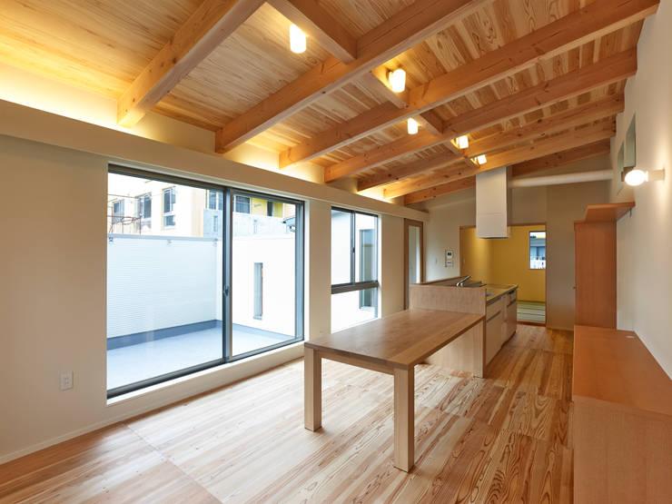 上町の家: 鶴巻デザイン室が手掛けたダイニングです。,