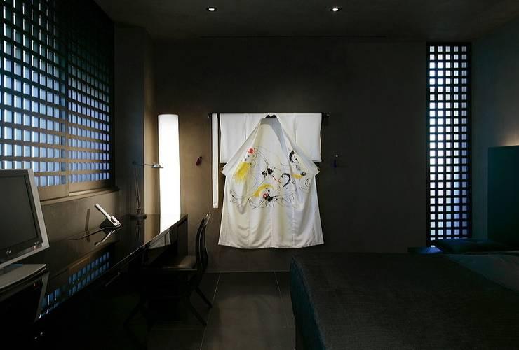 Hotel Puerta America Madrid, habitación Arata Isozaki: Estudios y despachos de estilo  de RAFAEL VARGAS FOTOGRAFIA SL