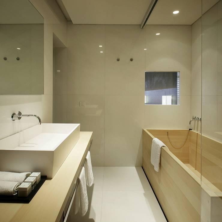Hotel Puerta America Madrid, habitación Arata Isozaki: Baños de estilo  de RAFAEL VARGAS FOTOGRAFIA SL