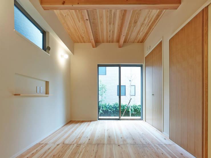 上町の家: 鶴巻デザイン室が手掛けた寝室です。
