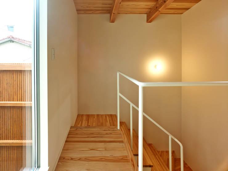 上町の家: 鶴巻デザイン室が手掛けた廊下 & 玄関です。,