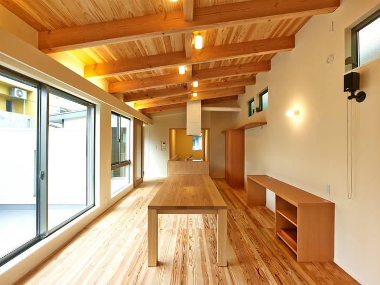 上町の家: 鶴巻デザイン室が手掛けたダイニングです。