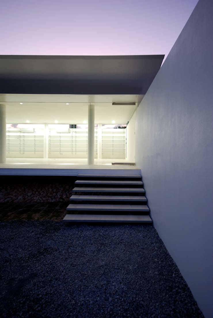 Jo architectural office: 門一級建築士事務所が手掛けた廊下 & 玄関です。