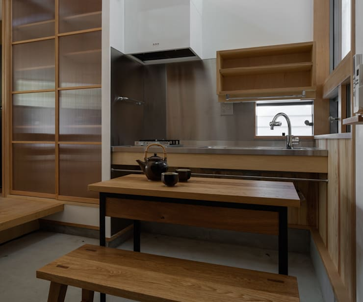 吹抜けにある土間キッチン: 小野育代建築設計事務所が手掛けたキッチンです。