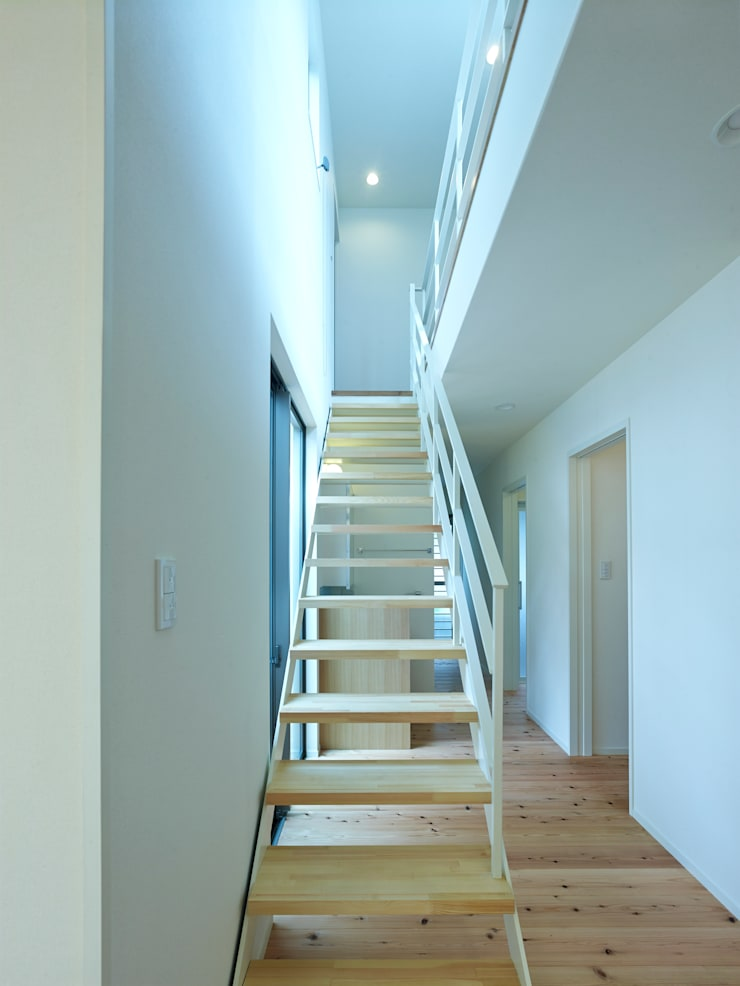 中庭の家: 鶴巻デザイン室が手掛けた廊下 & 玄関です。