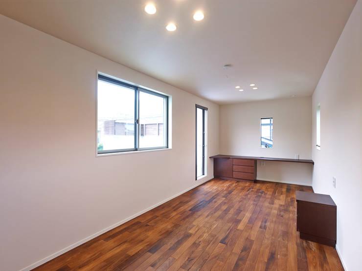 中庭の家: 鶴巻デザイン室が手掛けた寝室です。