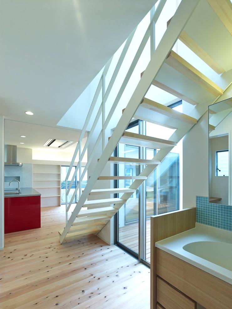 中庭の家: 鶴巻デザイン室が手掛けた浴室です。