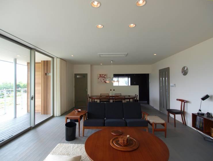 OPEN AIR HOUSE: 徳永建築事務所が手掛けたリビングです。
