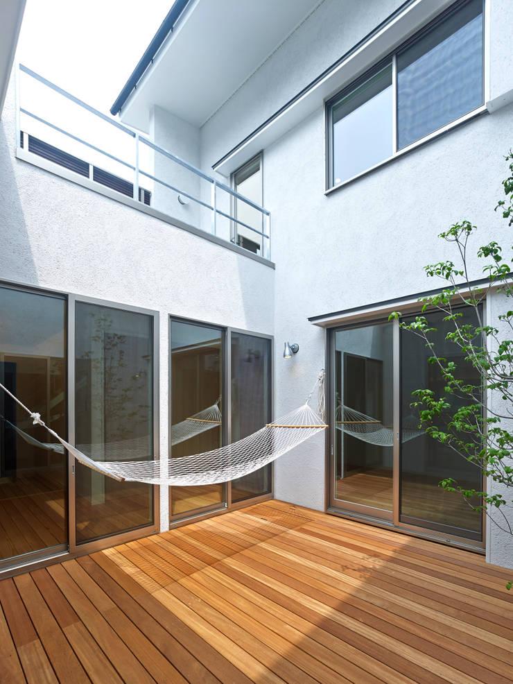 中庭の家: 鶴巻デザイン室が手掛けた庭です。