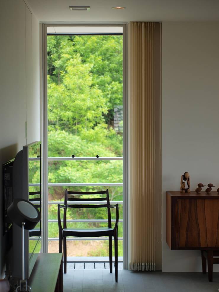 OPEN AIR HOUSE: 徳永建築事務所が手掛けたリビングルームです。