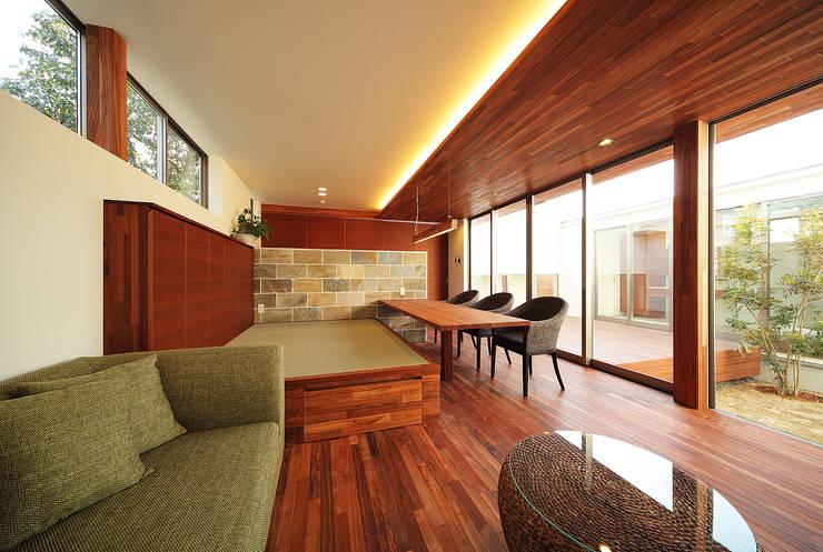 haus-vila: 一級建築士事務所hausが手掛けたリビングです。