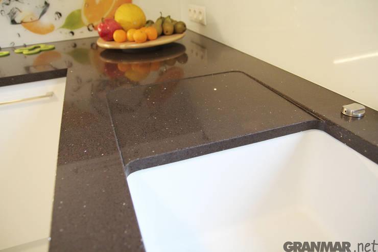 Konglomerat kwarcowy Marrone Stardust : styl , w kategorii Kuchnia zaprojektowany przez GRANMAR Borowa Góra - granit, marmur, konglomerat kwarcowy,Nowoczesny
