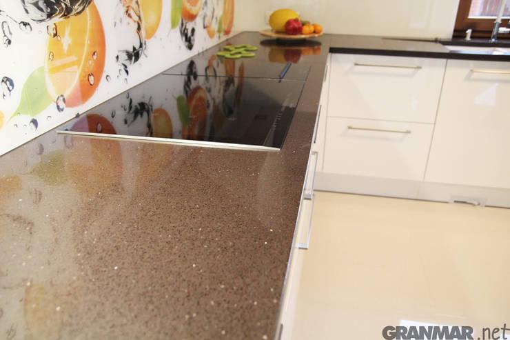 Blat kuchenny Marrone Stardust: styl , w kategorii Kuchnia zaprojektowany przez GRANMAR Borowa Góra - granit, marmur, konglomerat kwarcowy,Nowoczesny