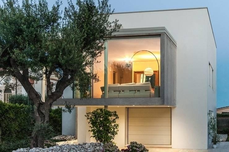 Casa TH: Terrazza in stile  di Studio Architettura Scattola Associati