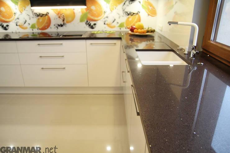 Aranżacja kuchni z blatem Marrone Stardust : styl , w kategorii Kuchnia zaprojektowany przez GRANMAR Borowa Góra - granit, marmur, konglomerat kwarcowy,Nowoczesny